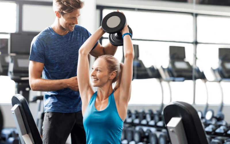 Trening personalny na siłowni.